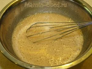Взбиваем яйца, сахар и растительное масло