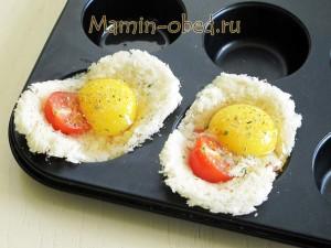 выкладываем яйцо и помидор