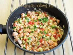 жарим лосось и овощи