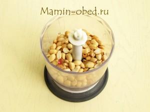 кладем орехи в блендер