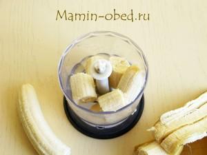 кладем бананы в блендер