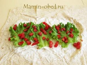 выкладываем салат и помидоры
