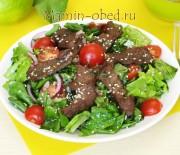Салат с острой говядиной, шпинатом и руколой